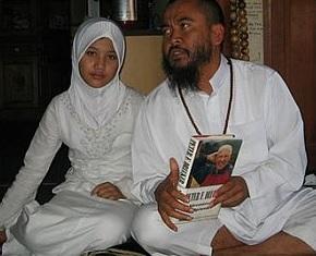 """Islamski kleryk Pujiono Cahyo Widayanto i jego 12-letnia """"żona"""", fot: islam-watch.org"""