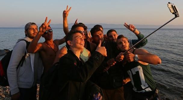 Dom płonie, kobiety i dzieci zostały na terenach wojennych, ale selfie stick musi być, fot: mirror.co.uk