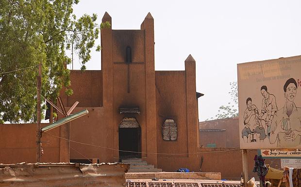 """Niger- Spalony kościół przez przeciwników """"Charlie Hebdo""""  fot: Daily Telegraph"""