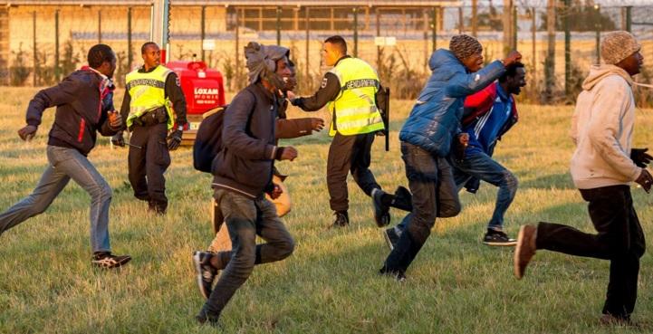 Imigranci biegną, a żandarmi gapią się na siebie, fot: independent.co.uk