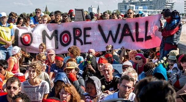 "Protest ""antyfaszystów"" w Calais, fot: Philippe Huguen / AFP"