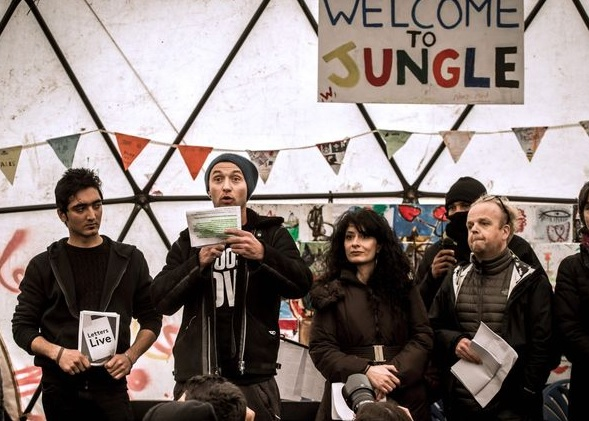Jude Law i kilku brytyjskich artystów w Calais, fot: Daily Mirror