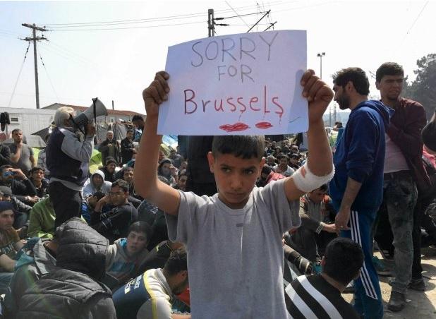 Nowy symbol zamachu - chłopiec przepraszający . W tle kobiety i dzieci. fot: springer/reuters