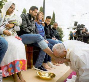 Papież całuje i myje nogi uchodźców - jedna z ostatnich okładek