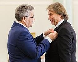 Komorowski odznacza Kulczyka Krzyżem Oficerskim Orderu Odrodzenia Polski