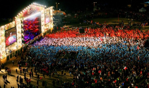 Szach-mat dla dżihadystów. Na Woodstocku oświetlona publiczność śpiewa 'Marsyliankę'.