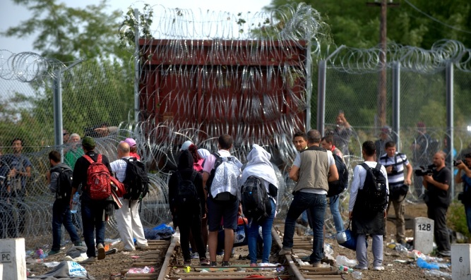 """Granica serbsko-węgierska w Roszke na """"szlaku bałkańskim"""". Gdyby Orban nie wybudował tu zasieków - w Niemczech byłoby pewnie w milion """"lekarzy"""" więcej. fot: nepszava.hu"""